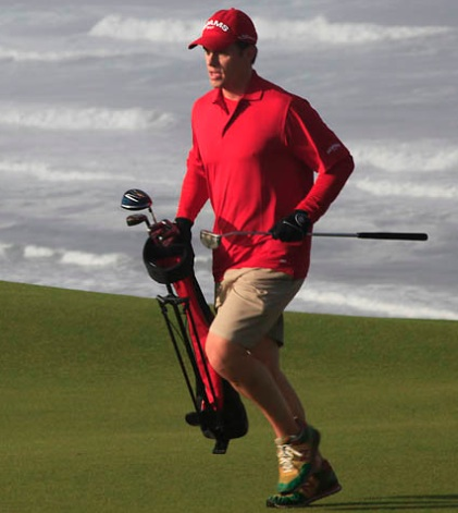 Jaacob Bowden runs on to the 7th green at Bandon Dunes during the 2012 Speed Golf World Championships