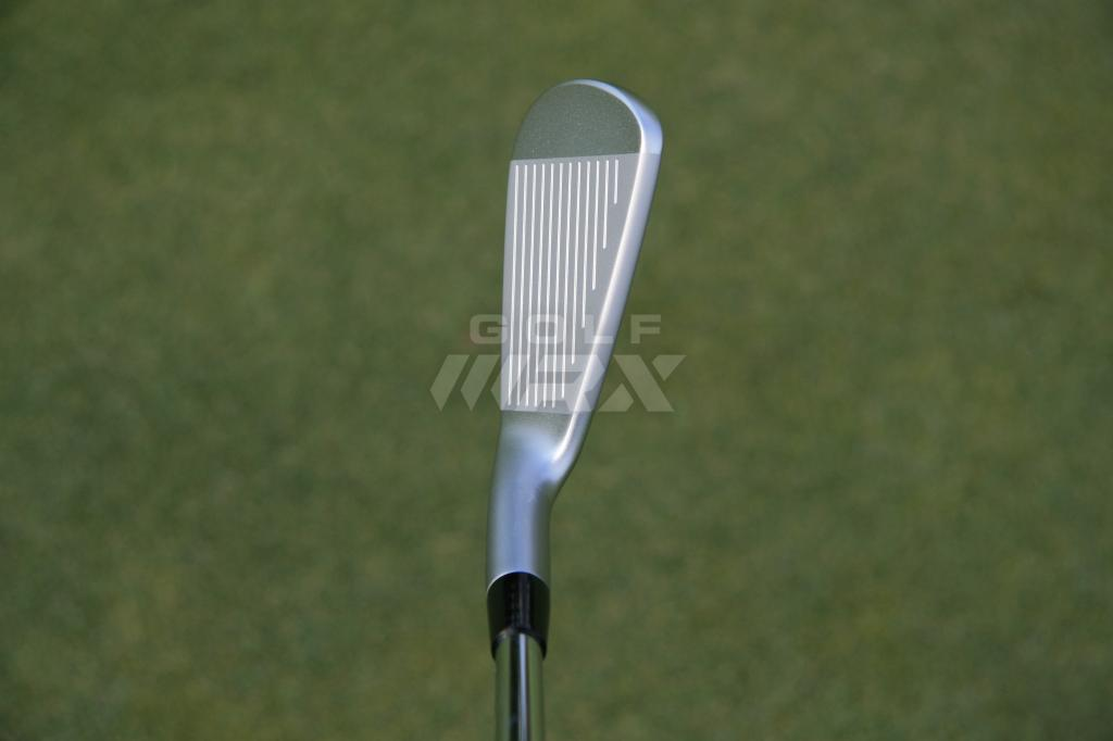 A Mizuno JPX-900 Tour 6 iron at address.